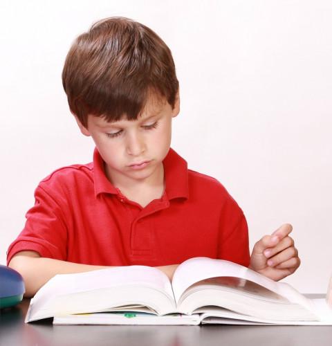 foto van jongen die leest
